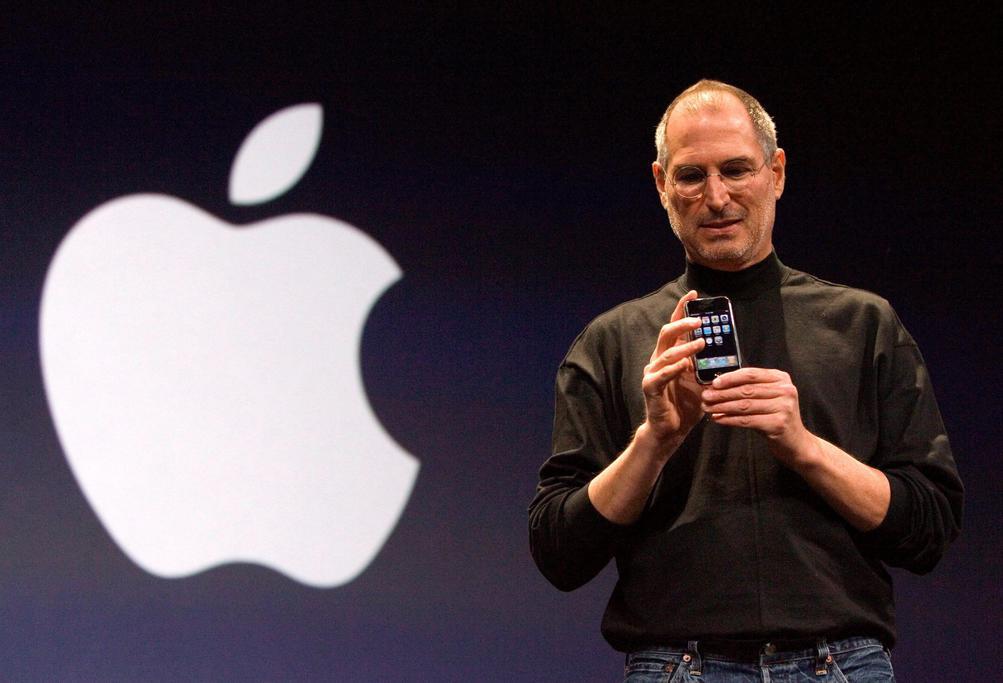 JAHRESRÜCKBLICK 2011 - Steve Jobs, Mitbegründer von Apple, stellt am 09.01.2007 das iPhone in San Francisco, USAvor. JObs starb am 05.10.2011 im Alter von 56 Jahren. Foto: John G. Mabanglo (Zum dpa-Jahresrückblick «Die Toten des Jahres 2011» vom 01.12.2011) +++(c) dpa - Bildfunk+++